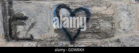 Nouveau, Graffiti, pulvérisé sur une pierre, brique, mur, avec l'une lettre E sur la maçonnerie, avec le noir, pulvérisé Banque D'Images