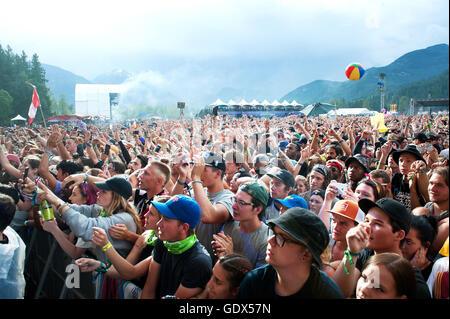 Des foules immenses les concerts rock en plein air. Fans cheer dans la pluie au Festival de musique de Pemberton. Banque D'Images
