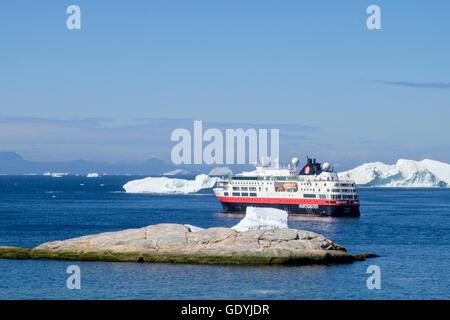 Mme Hurtigruten Fram expedition explorer bateau de croisière amarré au large entre les icebergs dans la baie de Disko, sur la côte ouest à l'été 2016. Ilulissat, Groenland.