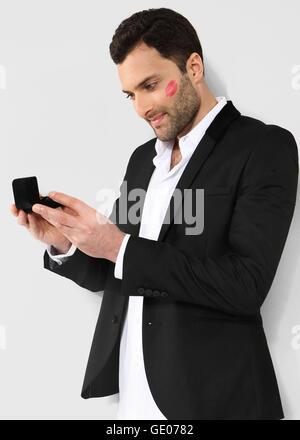 Homme séduisant à la recherche de black box avec manchette. Banque D'Images