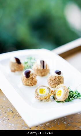 Du porc pané et oeuf de caille gourmet cuisine moderne sophistiqué starter Snack food Banque D'Images