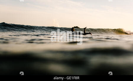 Femme en pagayage sur mer à bord de mer, Malibu, Californie, États-Unis