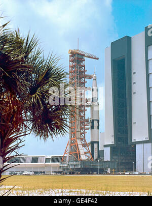 La Saturn V d'Apollo 500F Equipements véhicule de test, à la suite des opérations d'empilage de VAB, sort de la Banque D'Images