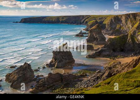 Coucher de soleil sur le Bedruthan Steps le long de la côte de Cornwall, Angleterre Banque D'Images