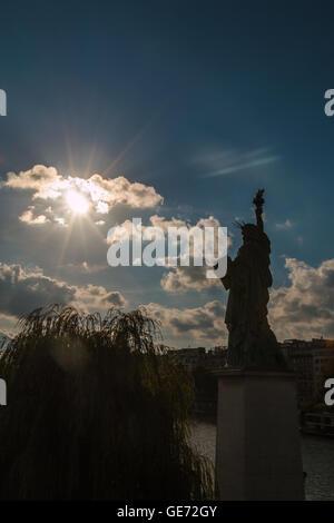 Vue du coucher de Statue de la liberté à Paris Banque D'Images