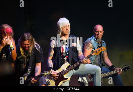 Bret Michaels, Pete Evick, Eric Brittingham, et 'Dirty' Ray Scheuring performing on stage