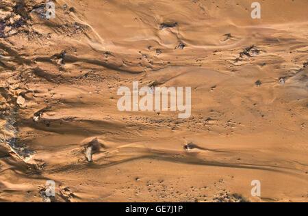 Vue aérienne du sol de Mars fictif. La trace d'eau sur Mars Banque D'Images