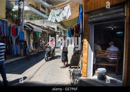 Le marché de la rue beind Ruga Myslym Shyri dans le centre de Tirana, Albanie,
