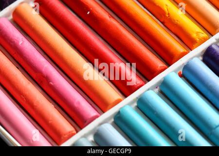 Ensemble de pastels à l'huile dans un bac en plastique Banque D'Images