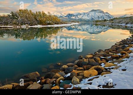 Géographie / Voyages, Canada, Alberta, Waterton, reflets de Mt sur Vimy lac Waterton Inférieur (Knight's Lake) au Banque D'Images