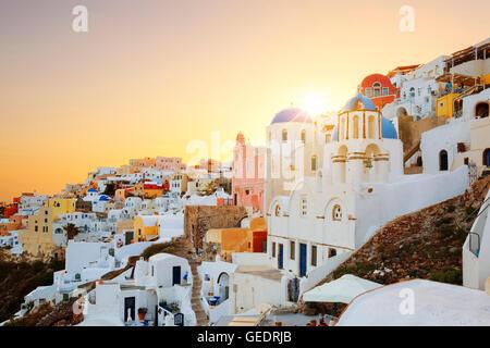 Vue d'Oia, Santorin, au coucher du soleil Banque D'Images