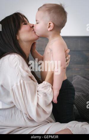 Une femme enceinte s'embrasser son jeune fils. Banque D'Images