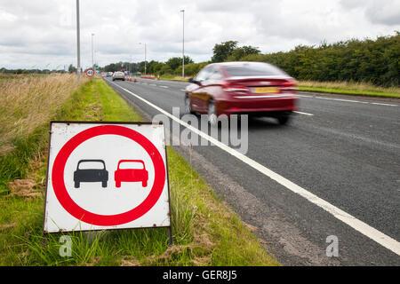 Pas de dépassements signalisation routière, marquages, lois et règles pour les dépassements dans des zones réglementées; Banque D'Images