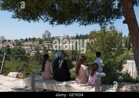 Jérusalem: une famille de juifs orthodoxes assis à l'ombre en profitant de la vue des Michkenot Sha'ananim, le Banque D'Images