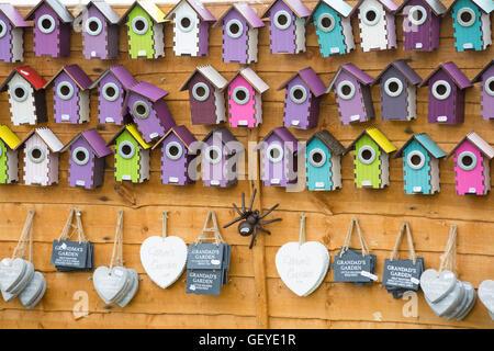 Boîtes d'oiseaux colorés pour la vente sur stand à New Forest & Hampshire County Show, Brockenhurst en Juillet Banque D'Images