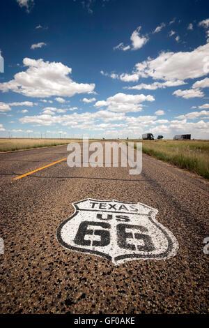 Bouclier Route 66 sign painted on road dans le Texas, USA Banque D'Images