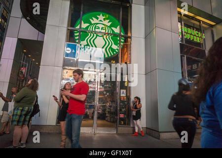 Un Starbucks dans le centre de Manhattan à New York vu le Jeudi, Juillet 21, 2016. (© Richard B. Levine) Banque D'Images