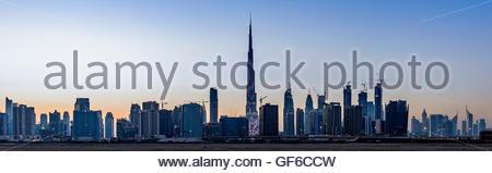 Coucher de soleil sur Dubai prises à partir de Nad Al Sheba. Nous pouvons voir Burj Al Arab au milieu. Dubaï Émirats Banque D'Images