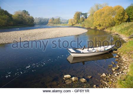 Un petit bateau utilisé pour la pêche au saumon sur la rivière Tweed amarré à la berge au Dryburgh, Scottish Borders Banque D'Images