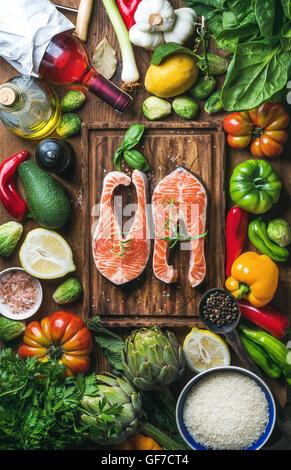 Ingrédients de cuisine le dîner. Deux morceaux de saumon cru poisson avec légumes frais, riz, herbes, citron, épices, Banque D'Images