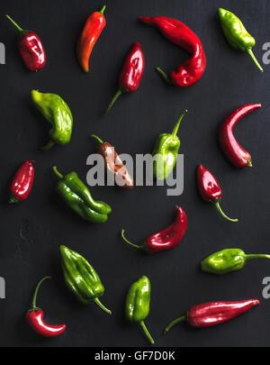 Motif de petits piments chauds colorés sur fond noir