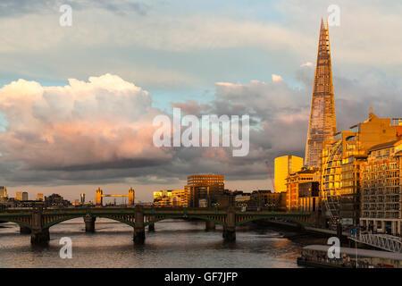 Londres, Angleterre - juin 2016. Vue de la rivière Thames, avec la construction d'échardes dans l'arrière-plan au Banque D'Images