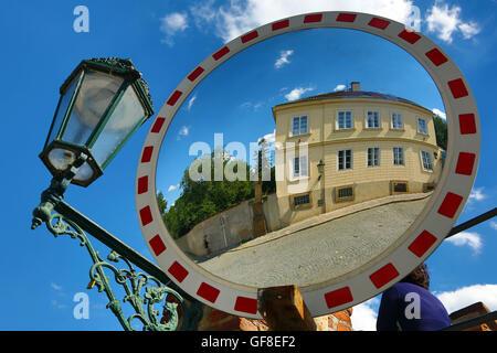 Scène de rue reflétée dans un miroir, Prague, République Tchèque Banque D'Images