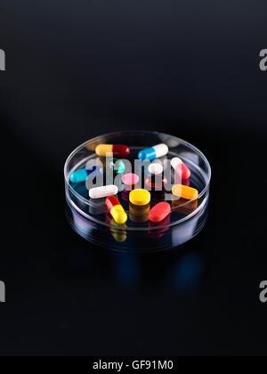 Parution de la propriété. Une variété de pilules dans une boîte de pétri. Banque D'Images