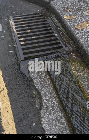 """Street / drainage caniveau à Truro, Cornwall. Métaphore visuelle pour """"l'argent en bas du drain' et le gaspillage Banque D'Images"""