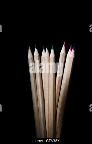 Ensemble isolé de crayons de couleur sur fond noir Banque D'Images