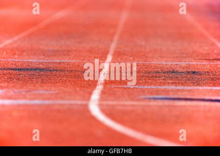 Gros plan sur la surface de piste synthétique dans une école secondaire track & field rencontrez Banque D'Images