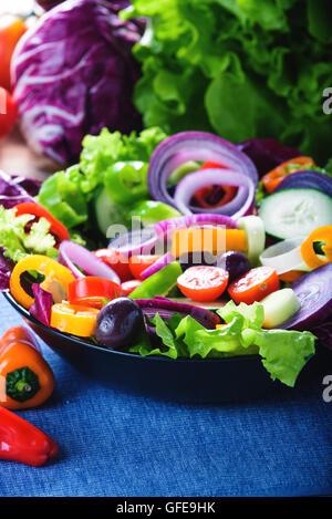 Salade de printemps avec beaucoup de légumes et plein de couleur. Banque D'Images