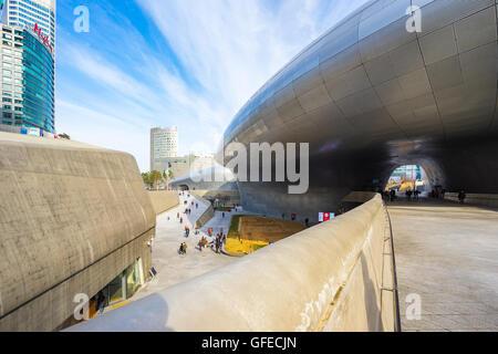 Séoul, Corée du Sud- 6 décembre 2015: la conception de Dongdaemun Plaza, également appelé le DDP, est un important Banque D'Images
