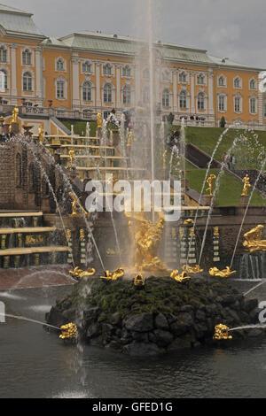 Des sculptures et des fontaines, le Grand Palais de Peterhof, St Petersbourg, Russie.