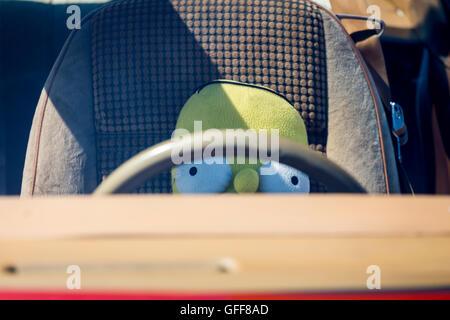 Homer Simpson soft toy doll derrière le volant d'une voiture