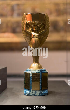 Londres, Royaume-Uni. 31 juillet 2016. Le trophée Jules Rimet en double sur l'écran pour une seule journée au Victoria Banque D'Images