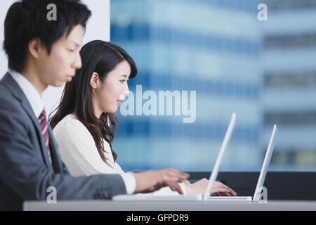 Les gens d'affaires japonais dans un bureau moderne Banque D'Images