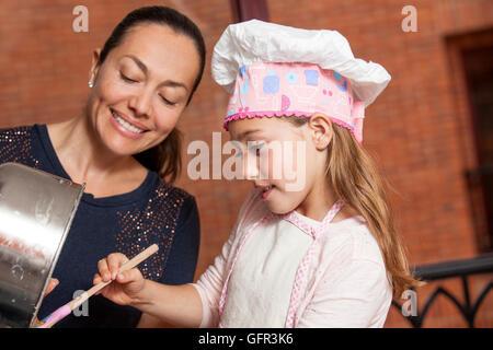 La préparation des cupcakes avec maman Banque D'Images