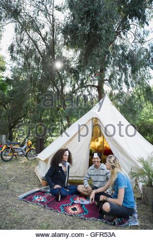 Jeunes amis jeu de cartes à jouer à l'extérieur yourte camping Banque D'Images