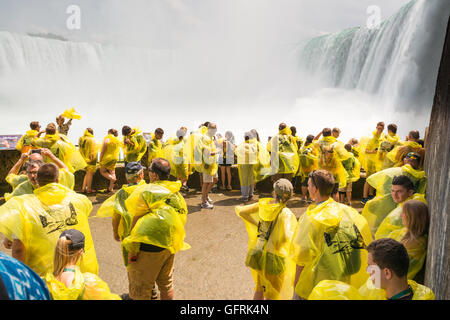 Niagara Falls, Canada - les touristes sur la terrasse d'observation inférieure au pied des chutes les insignes distinctifs Banque D'Images