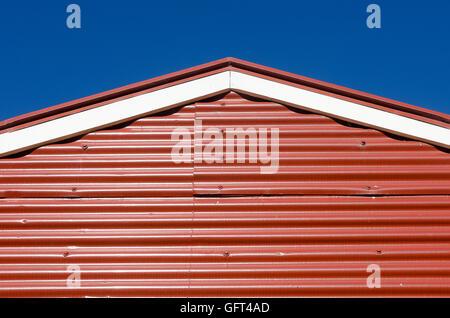 Tôle ondulée rouge grange, Pauatahanui, Porirua, Wellington, Île du Nord, Nouvelle-Zélande Banque D'Images