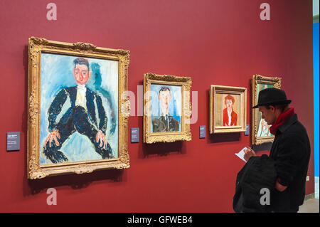 Art Paris, vue d'un touriste en prenant des notes sur les tableaux de Chaïm Soutine dans le Musée de l'Orangerie Banque D'Images
