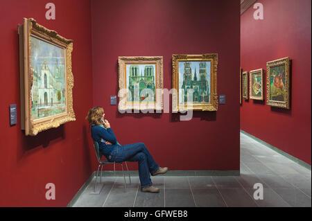 Paris Orangerie, le tourisme ou l'écoute d'un enregistrement d'informations sur les peintures d'Utrillo dans le Banque D'Images