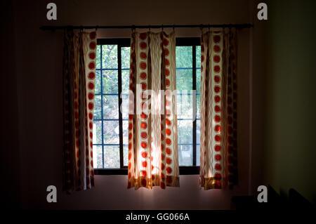 Rishikesh, Uttarakhand, Inde. 17 mai, 2013. L'image de Fichier - Ouvrir les rideaux dans une chambre d'hôtel de Banque D'Images