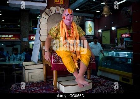 Rishikesh, Uttarakhand, Inde. 17 mai, 2013. L'image de fichier - maquillage homme à l'entrée d'un restaurant pour Banque D'Images