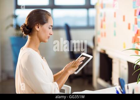 Business executive using digital tablet Banque D'Images