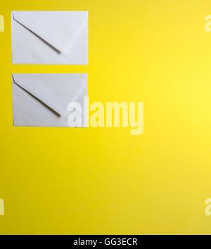 Deux enveloppes sur un fond jaune Banque D'Images