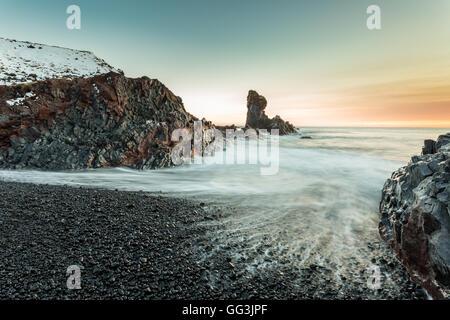 Une plage rocheuse de galets à Djupalonssandur , Islande Banque D'Images