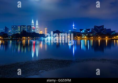 Kuala Lumpur skyline at night vu de Titiwangsa Lacs, Kuala Lumpur, Malaisie Banque D'Images