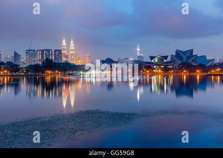 Kuala Lumpur skyline at Dusk vus de Titiwangsa Lacs, Kuala Lumpur, Malaisie Banque D'Images